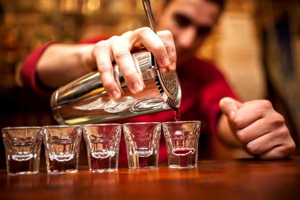 Bartender hay học nghề pha chế là một nghề khá mới lạ ở Việt Nam