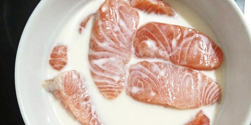 cách khử mùi tanh của cá hồi bằng sữa tươi